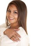 Donna che sorride con un anello di amore Immagini Stock