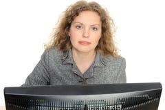 Donna che sorride davanti al suo calcolatore fotografia stock