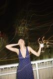 Donna che sorride e che beve. Fotografia Stock Libera da Diritti