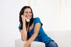 Donna che sorride e che comunica sul telefono Fotografia Stock