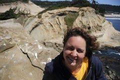 Donna che sorride sulla scogliera della spiaggia Immagine Stock Libera da Diritti