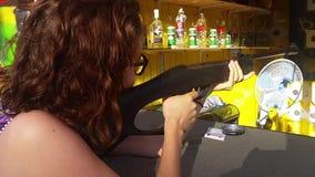 Donna che spara un obiettivo con il fucile ad aria compressa stock footage