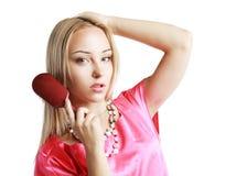 Donna che spazzola i suoi capelli immagine stock libera da diritti