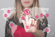 Donna che spinge bottone con l'icona di web di valuta della mappa del dollaro Concetto di affari, di tecnologia e di Internet Fotografie Stock Libere da Diritti