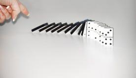 Donna che spinge i domino Fotografia Stock