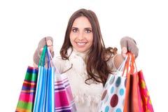 Donna che spinge i suoi sacchetti di acquisto Immagini Stock