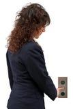 Donna che spinge il tasto dell'elevatore Fotografia Stock