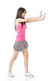 Donna che spinge o che si appoggia parete Immagini Stock