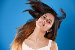 Donna che sposta i suoi capelli Fotografia Stock Libera da Diritti