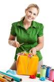 Donna che sposta un regalo isolato su bianco Immagine Stock