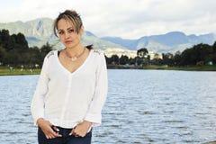 Donna che sta accanto ad un lago in Colombia Fotografia Stock