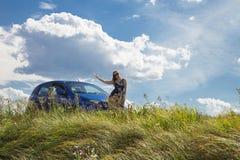Donna che sta automobile vicina Fotografie Stock Libere da Diritti