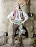 Donna che sta davanti ad un camino in un costume dei pirati (tutte le persone rappresentate non sono vivente più lungo e nessuna  Fotografia Stock