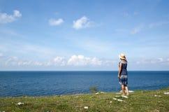 Donna che sta di estate dalla spiaggia che wathing l'orizzonte Immagine Stock Libera da Diritti