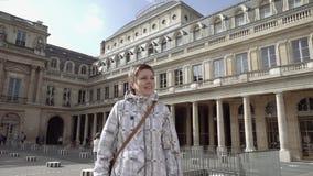 Donna che sta nel cortile del palazzo del Louvre video d archivio