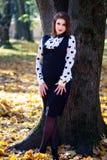 Donna che sta nel parco mentre esaminando macchina fotografica Fotografia Stock Libera da Diritti