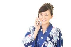 Donna che sta parlando su uno Smart Phone immagini stock