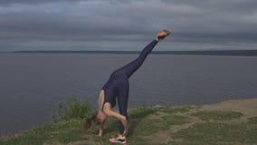 Donna che sta su una gamba, addestramento dell'equilibrio, yoga video d archivio