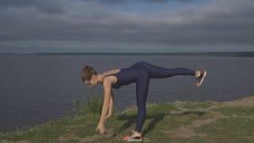 Donna che sta su una gamba, addestramento dell'equilibrio, yoga stock footage