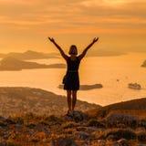 Donna che sta sui precedenti della baia in Ragusa La Croazia Fotografia Stock Libera da Diritti
