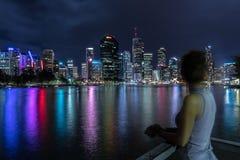 Donna che sta sul pilastro a Brisbane fotografia stock libera da diritti