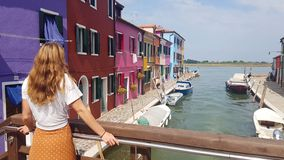 Donna che sta sul ponte a Venezia immagini stock libere da diritti