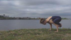 Donna che sta sulle mani, addestramento dell'equilibrio di yoga video d archivio