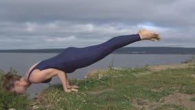 Donna che sta sulle mani, addestramento dell'equilibrio di yoga stock footage