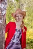 Donna che sta vicino all'albero Fotografia Stock