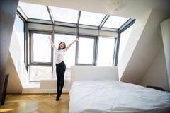 Donna che sta vicino alla finestra immagini stock libere da diritti