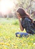 Donna che starnutisce a causa dell'allergia del polline della molla Fotografia Stock