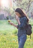 Donna che starnutisce a causa dell'allergia del polline della molla Fotografia Stock Libera da Diritti