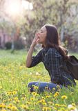Donna che starnutisce a causa dell'allergia del polline della molla Immagini Stock Libere da Diritti