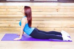 Donna che streching Concetto di yoga e di forma fisica Donna esile Immagine Stock Libera da Diritti