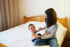 Donna che stringe a sé con il suo bambino adorabile, bambino dolce che sorride alla macchina fotografica, spazio della copia immagini stock libere da diritti