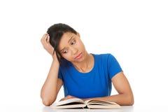 Donna che studia allo scrittorio che è stanco Immagini Stock Libere da Diritti