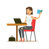 Donna che studia copiatura dal libro a Lap Top, illustrazione sorridente di Person In The Library Vector Fotografia Stock