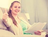 Donna che studia produttivamente Immagini Stock Libere da Diritti