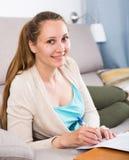Donna che studia produttivamente Fotografia Stock