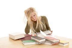 Donna che studia sguardo frustrato fotografie stock