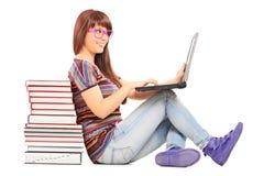 Donna che studia su un computer portatile Immagini Stock