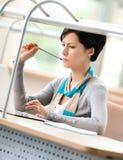 Donna che studia sul computer portatile Fotografia Stock