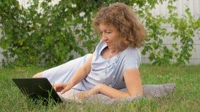 Donna che studia sulla natura Fondo di vita mobile archivi video