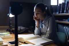 Donna che studia tardi alla notte Fotografie Stock Libere da Diritti