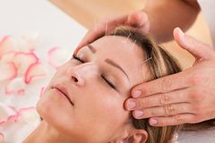 Donna che subisce trattamento di agopuntura Fotografia Stock Libera da Diritti