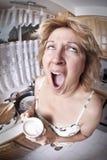 Donna che sveglia con un caffè Fotografie Stock Libere da Diritti