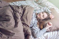 Donna che sveglia di mattina, trovarsi sonnolenta a letto Fotografia Stock Libera da Diritti