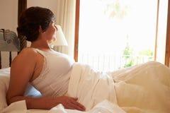 Donna che sveglia a letto nella mattina immagini stock