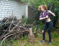 Donna che taglia legno a pezzi Fotografie Stock