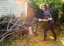Donna che taglia legno a pezzi Immagini Stock